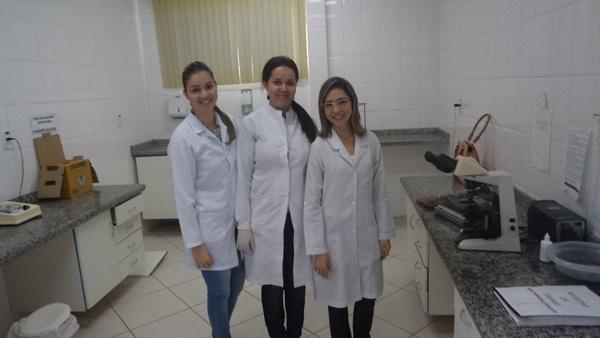 Biomédica Andresa Machado (E), Elizabe Mourão © e Taiana Carvalho (D)