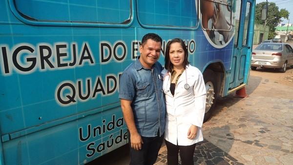 Pastor Carlos Amorim (E) Priscila Alves (D) médica