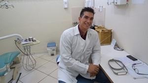 O cirurgião-dentista, Alexander Bahamonde, fala sobre o atendimento dos pacientes em clinica geral. Ele explica que dentista Clínico Geral realiza procedimentos educativos e preventivos (orientação […]